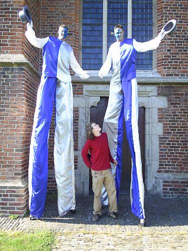 op 2 meter hoge stelten