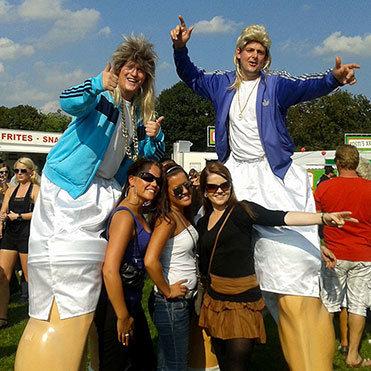jumbo-steltenlopers-op-festival