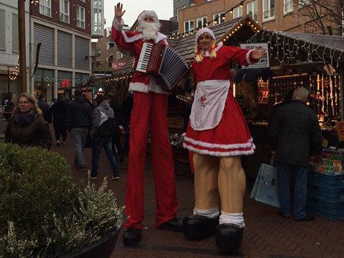 kerstman-en-vrouw-steltenlopers
